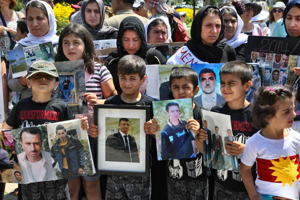 Crianças e mulheres Yazidi que tiveram parentes mortos pelo grupo ISIS protestam em Toronto, no Canadá