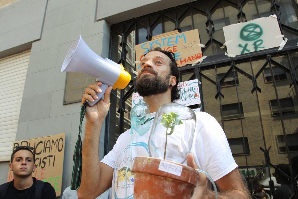 Protestos pró-Amazônia em frente ao consulado brasileiro, em Naples, na Itália