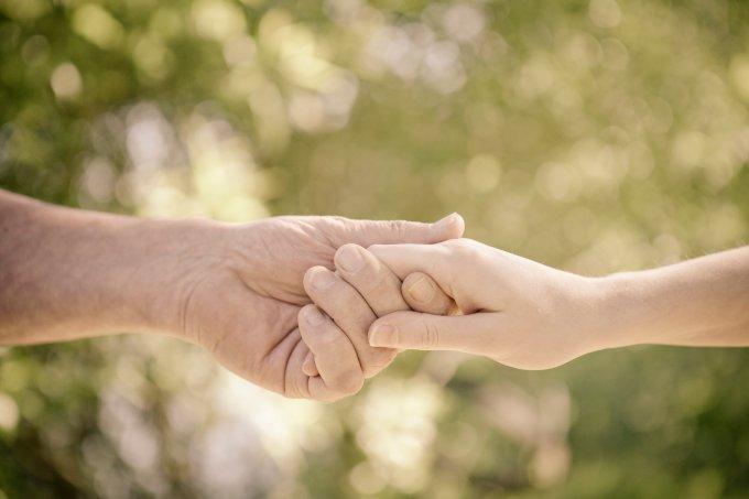 Pai e filha segurando as mãos