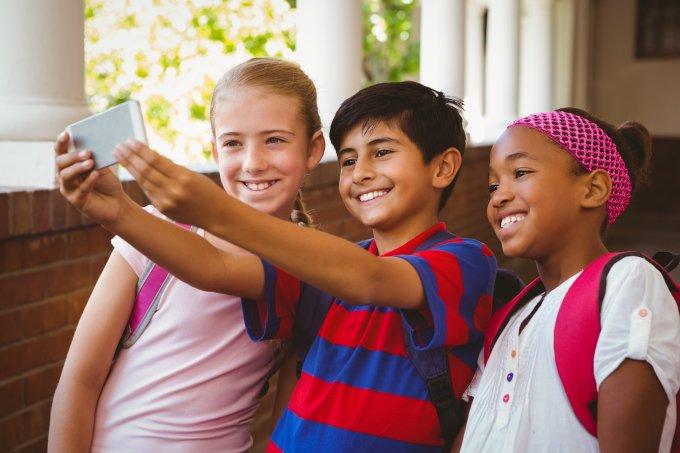 Crianças fazendo selfie