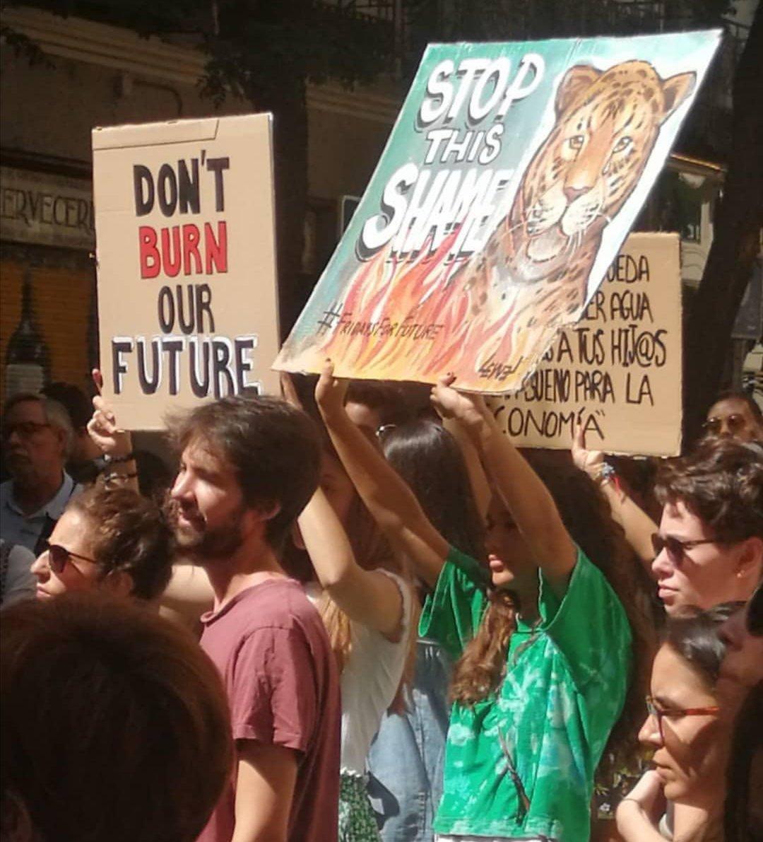 Manifestantes protestam contra a devastação da Amazônia em frente a embaixada brasileira em Madri, na Espanha