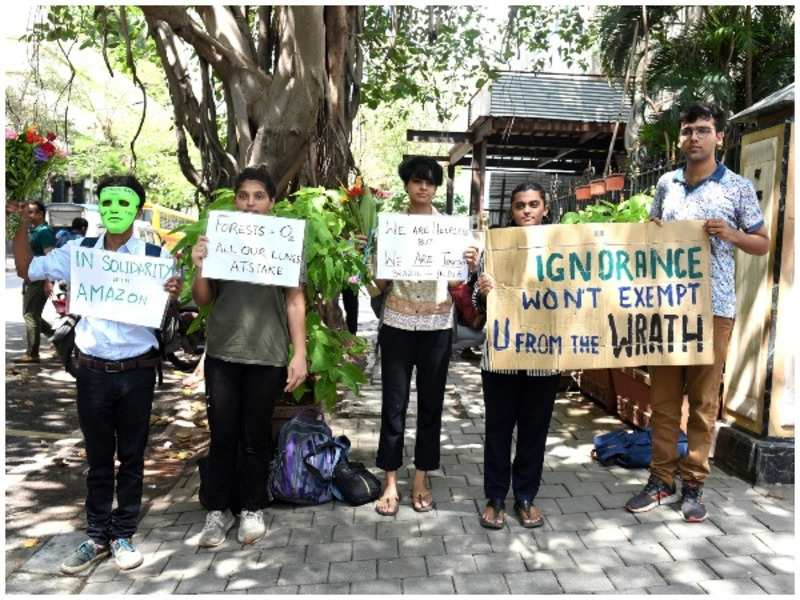 Manifestantes protestam contra a devastação da Amazônia em frente a embaixada brasileira em Mumbai, na Índia