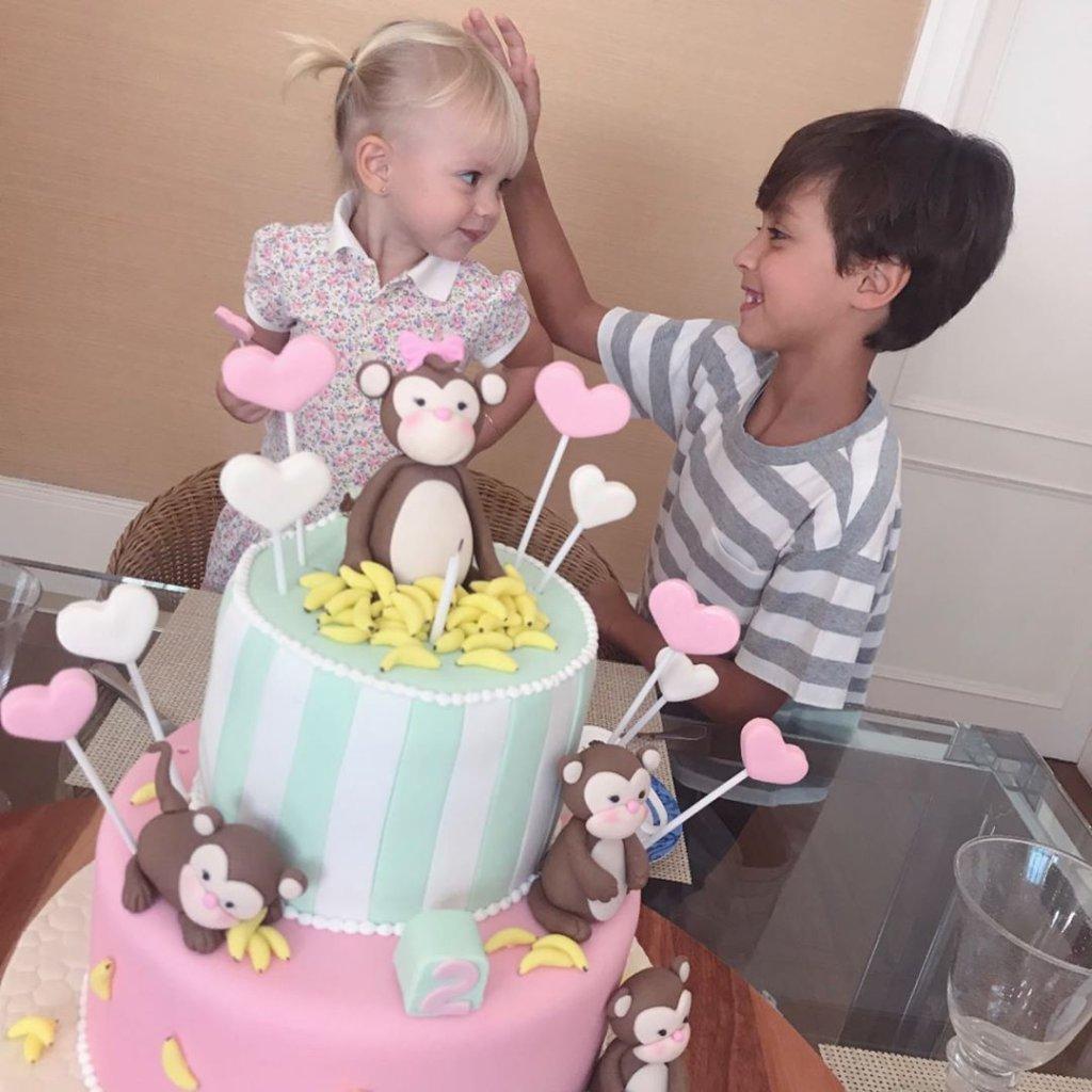 Eliana publica clique fofo para celebrar dois anos da filha
