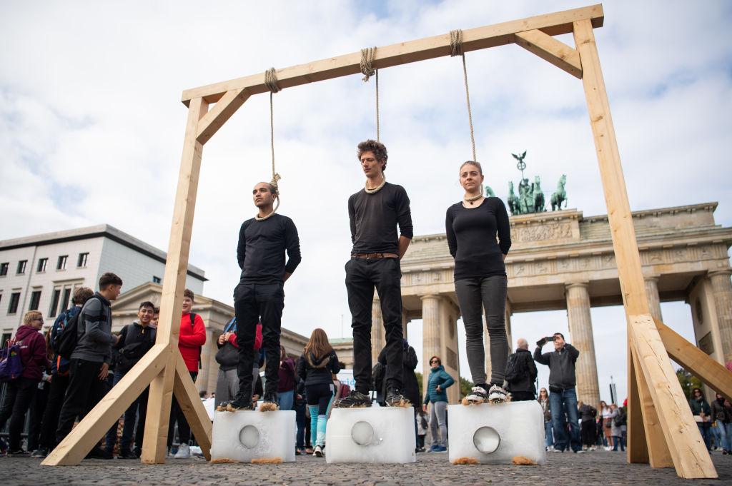 Manifestantes encenam enforcamento para protestar contra o aquecimento global