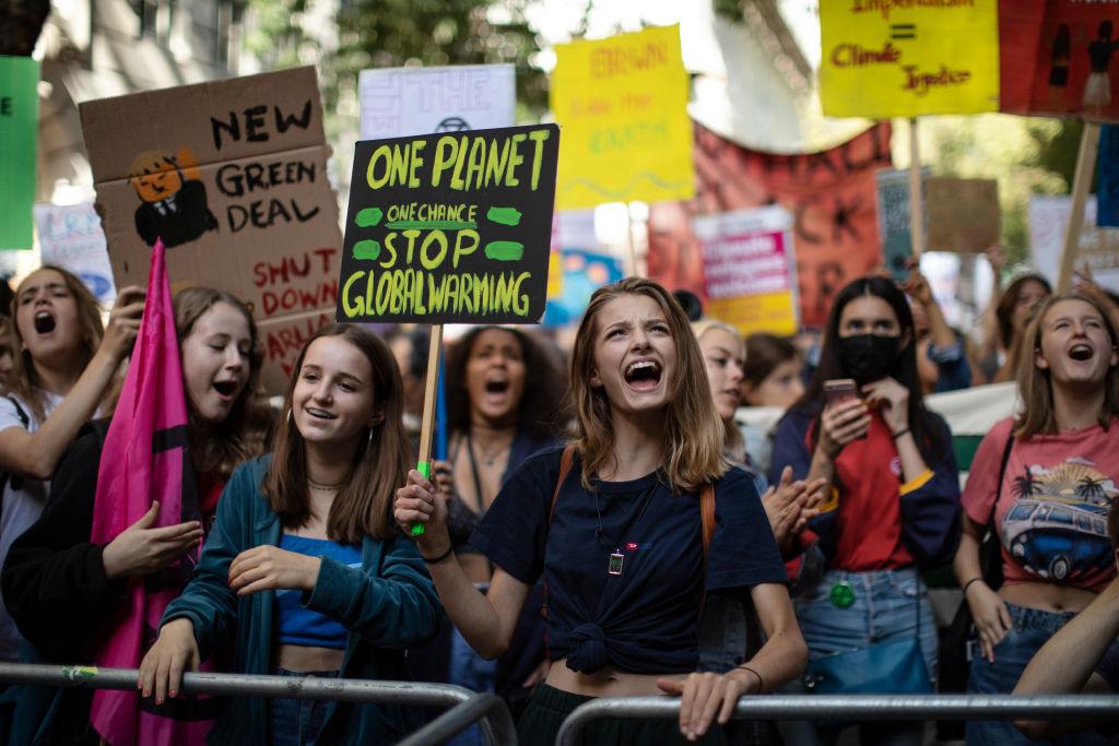 Estudantes protestando contra as mudanças climáticas na Inglaterra