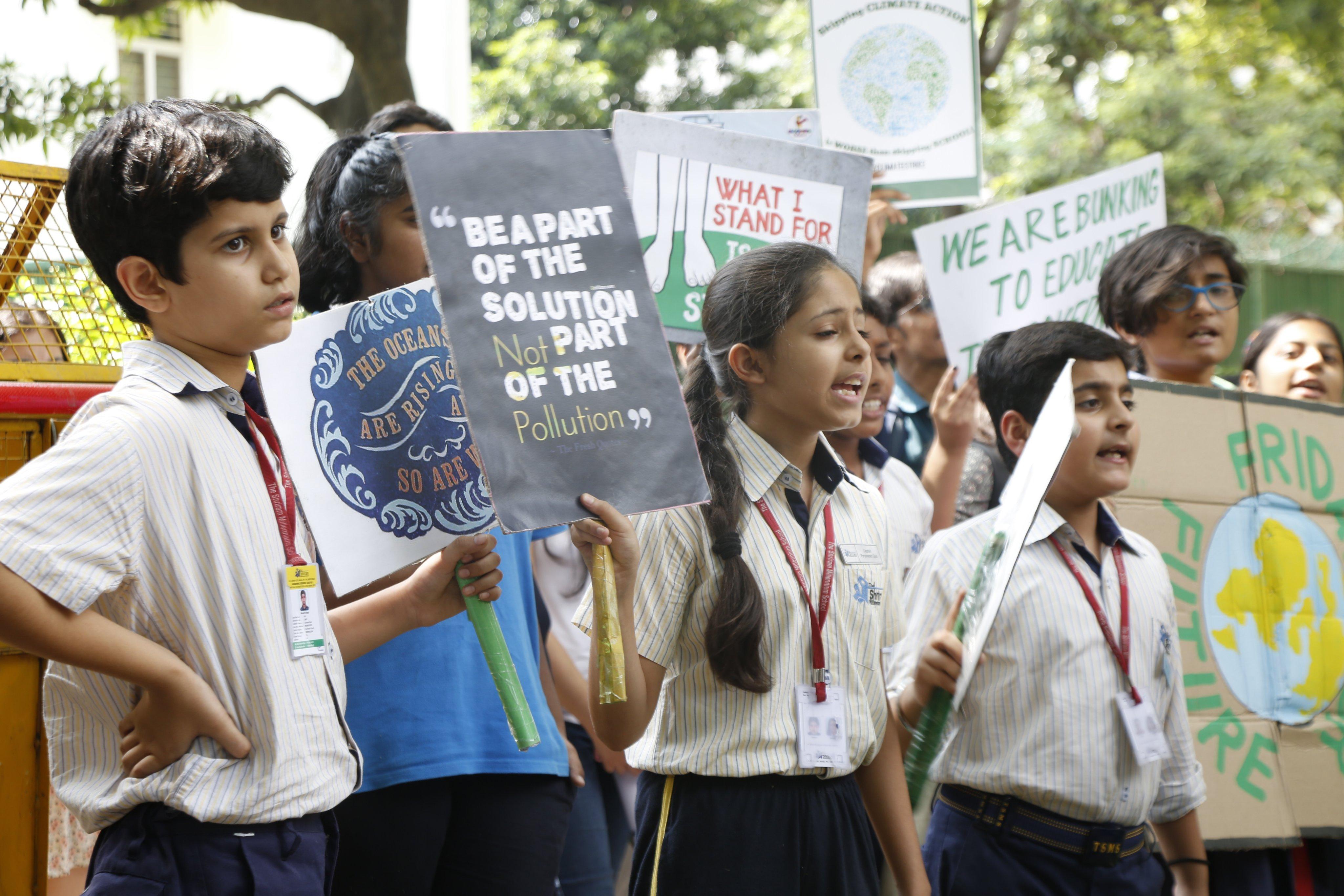 Crianças se manifestando na Índia