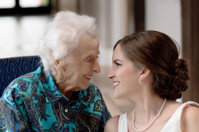 Noiva faz surpresa para avó