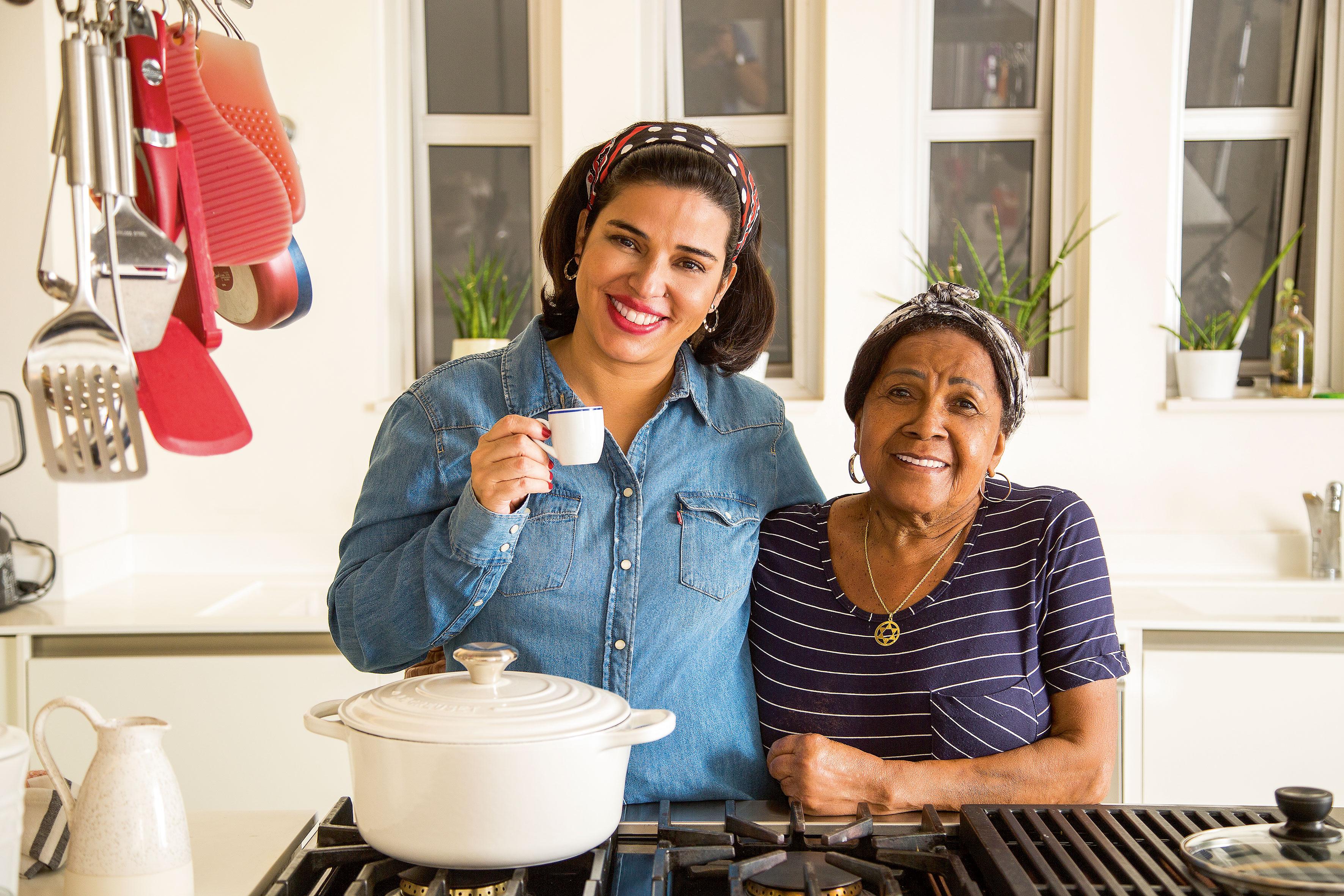 Chef Ana Luiza Trajano ao lado de Lucia Helena, cozinheira da família