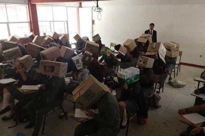 Professor mexicano usa caixas para impedir que alunos colem