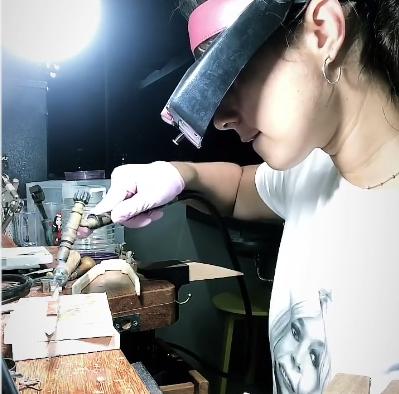 Jessica Senra confeccionando as joias que entregou a William Bonner e Renata Vasconsellos