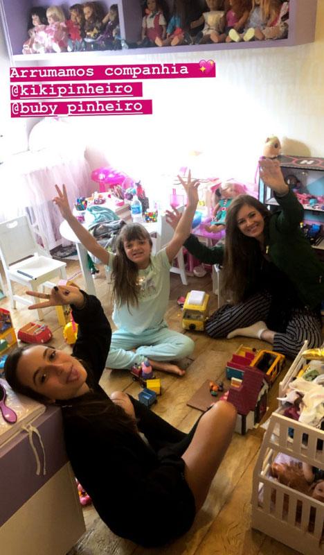 Rafinha Justus brincando em seu quarto na companhia da tia e da prima