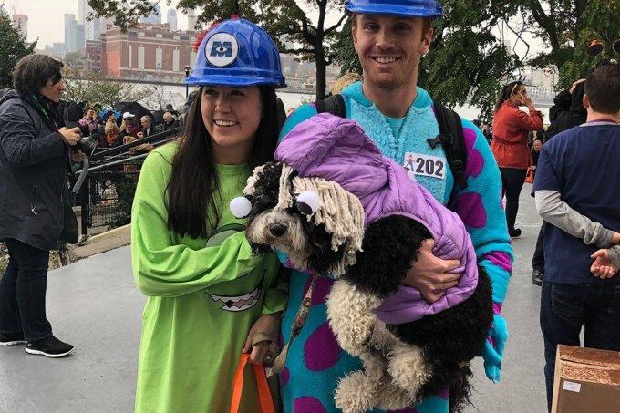 Cachorrinho e donos fantasiados para o Halloween – filme 'Monstros S.A'