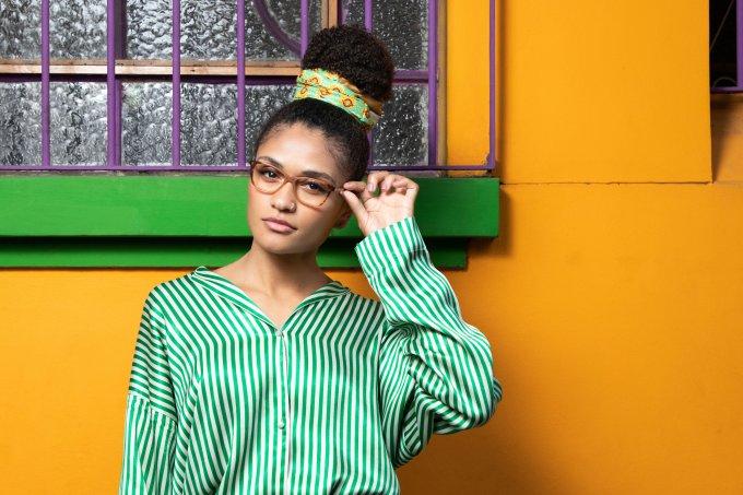 Descubra os penteados que combinam melhor com óculos