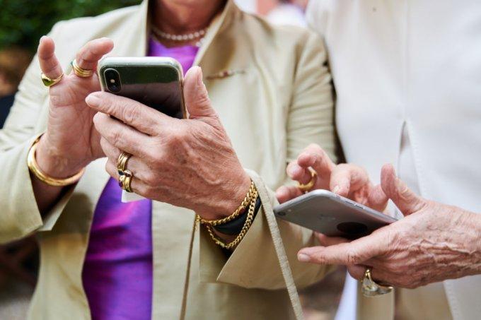 Idosas mexendo em smartphones