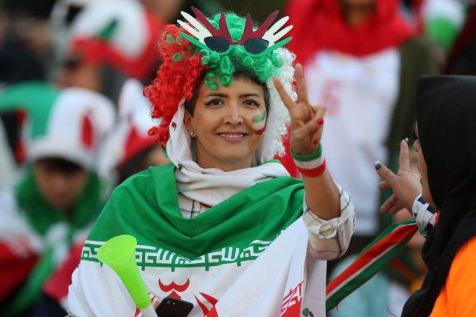 Iranianas vão a estádio após 40 anos