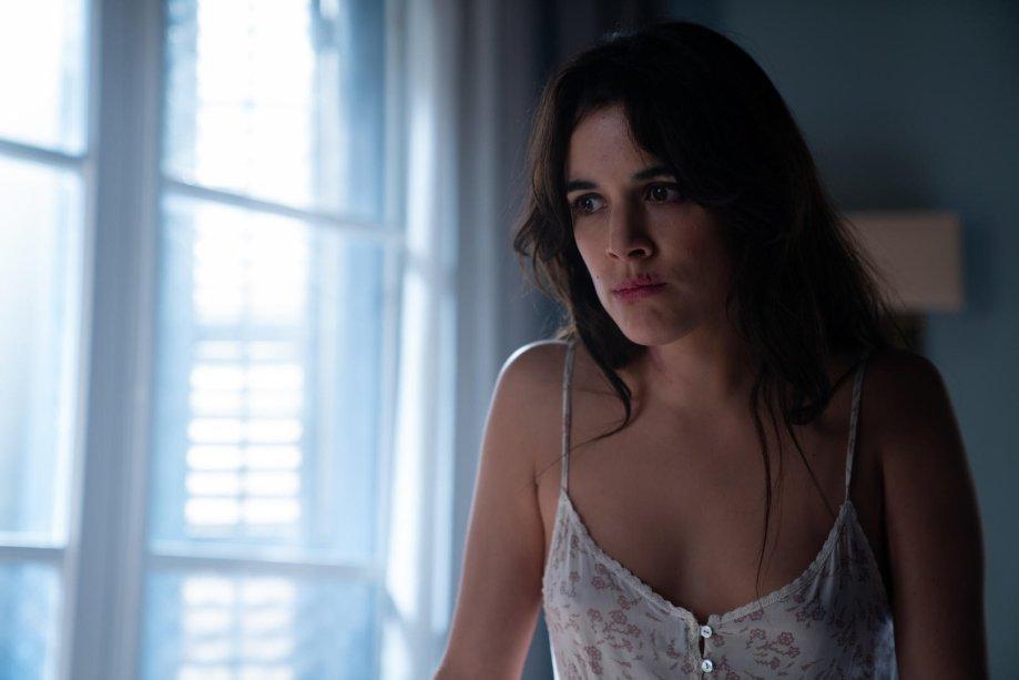"""<strong>Hache (estreia em 01/11): </strong><span style=""""font-weight:400;"""">Barcelona, anos 60. Helena (Adriana Ugarte) conquista o amor de um perigoso traficante de heroína e aprende o que é preciso para ascender no cartel.</span>"""