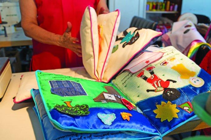 Livros de pano da ONG Movimento das Mulheres ajuda na famílias vulneráveis