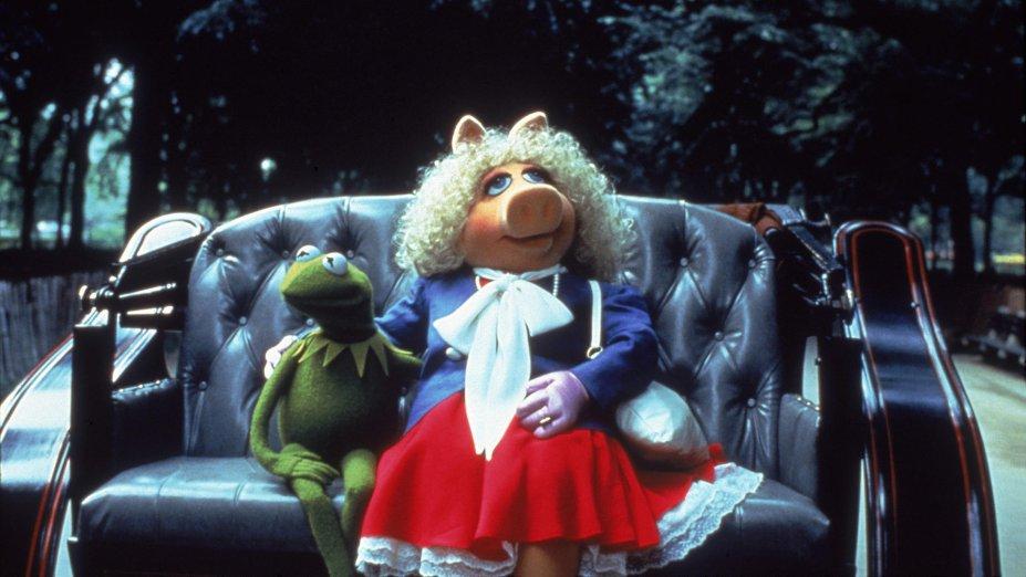 """<strong>Os Muppets conquistam Nova York (estreia em 01/11): </strong><span style=""""font-weight:400;""""></span><span style=""""font-weight:400;"""">Os Muppets terminam a faculdade e levam sua peça musical para Nova York, dando início a uma saga em busca do sucesso na Broadway.</span>"""