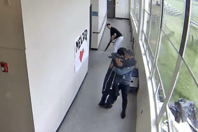 Professor desarma aluno com abraço e evita tragédia em escola nos EUA