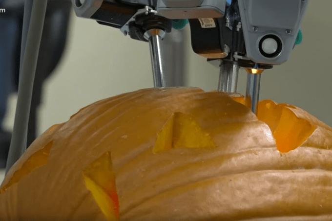 Cirurgiões fazem operação em abóbora em clima de Halloween