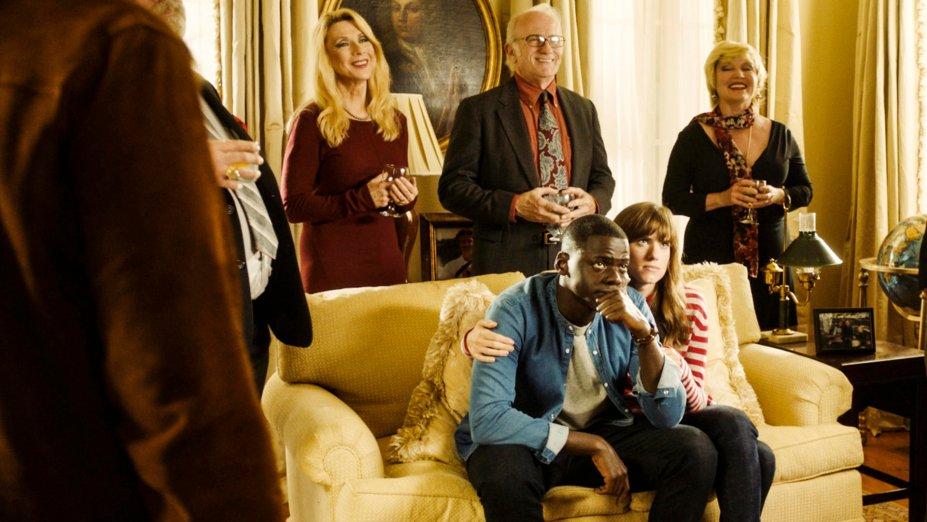 """<strong>Corra! (estreia em 15/12): </strong><i><span style=""""font-weight:400;""""></span></i><span style=""""font-weight:400;"""">Em uma relação inter-racial, um jovem afro-americano aceita passar o fim de semana na casa dos pais da namorada e aos poucos percebe que a família esconde alguns segredos. O filme ganhou o Oscar de Melhor Roteiro Original.</span>"""