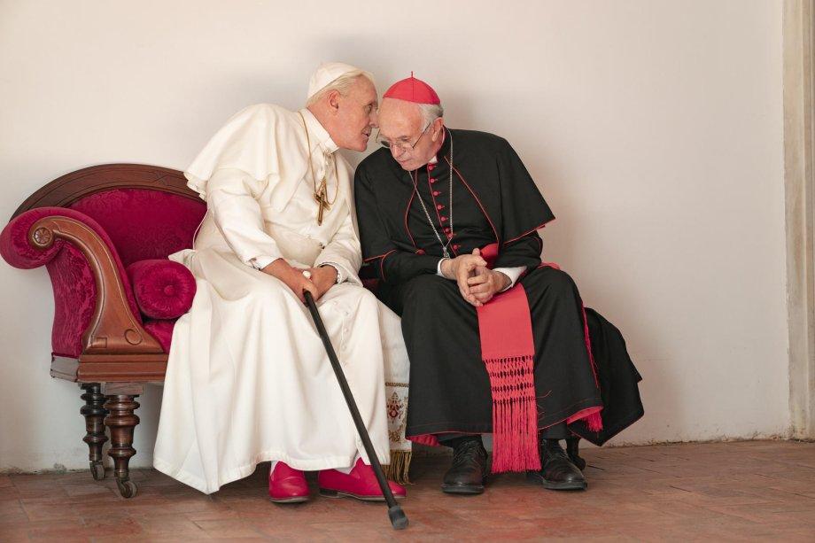 """<strong>Dois Papas (estreia em 20/12): </strong><b></b><i><span style=""""font-weight:400;""""></span></i><span style=""""font-weight:400;"""">O filme de Fernando Meirelles retrata o papa Bento XVI e o futuro papa Francisco em um dos momentos mais dramáticos da história da Igreja.</span>"""