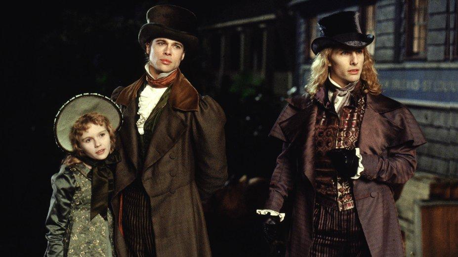 """<strong>Entrevista com o Vampiro (estreia em 01/12): </strong><i><span style=""""font-weight:400;""""></span></i><span style=""""font-weight:400;"""">Neste filme baseado no romance de Anne Rice, o vampiro Lestat narra suas experiências a um jovem jornalista. Com Tom Cruise, Brad Pitt e grande elenco.</span>"""