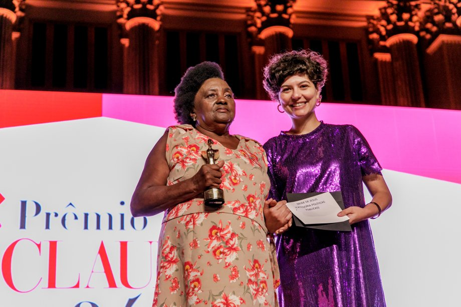 A jornalista Julia Faria, fundadora do Think Olga, entregou o prêmio de Políticas Públicas para a Neide de Jesus