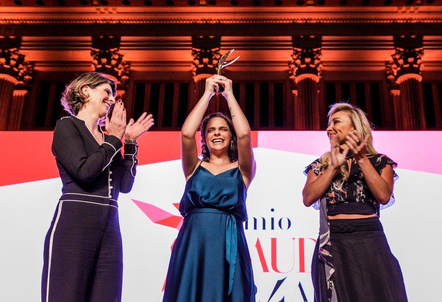 Juliana Estradioto emocionada com o prêmio de Inovação e Ciências