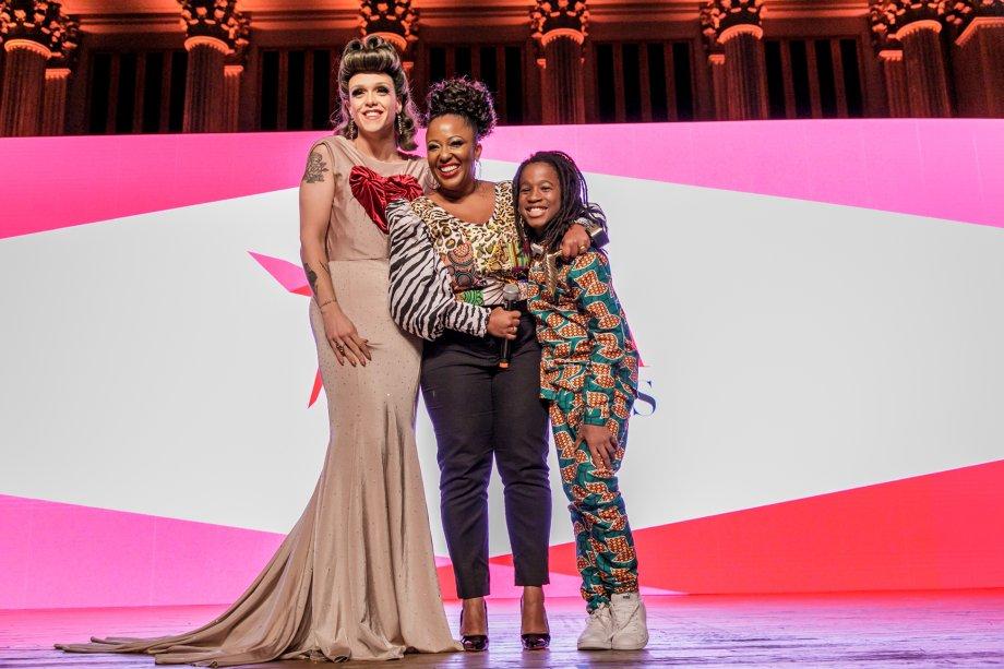 Rita von Hunty entregou o prêmio de Influenciadora Social a Maíra Azevedo, conhecida como Tia Má
