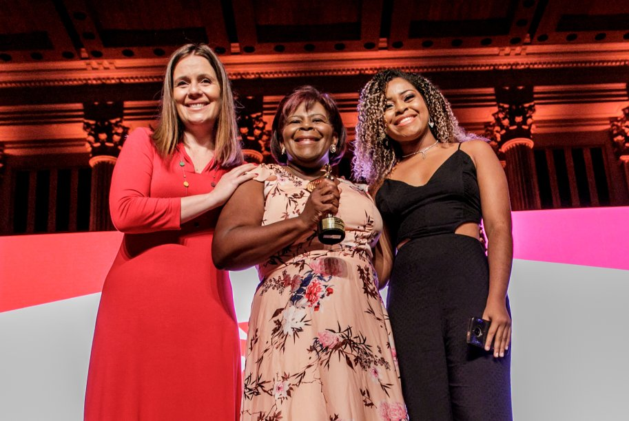 Sandra Santos recebeu o prêmio da categoria Trabalho Social ao lado de sua filha