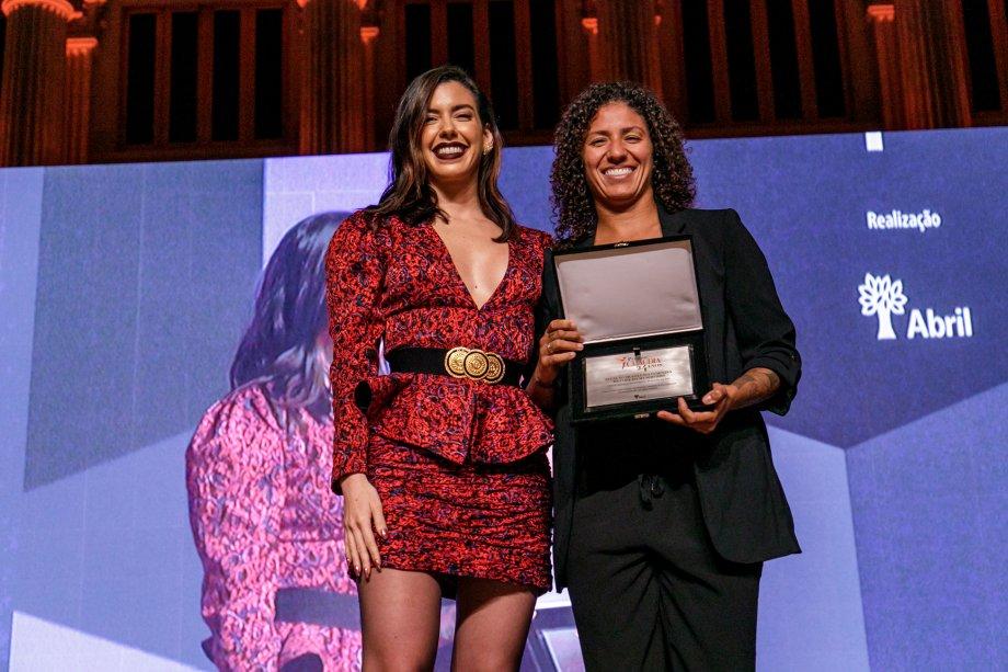 A digital influencer Camila Coutinho entregou o prêmio de Mulheres do Ano para a jogadora Cristiane Rozeira, que representou a Seleção Brasileira Feminina de Futebol