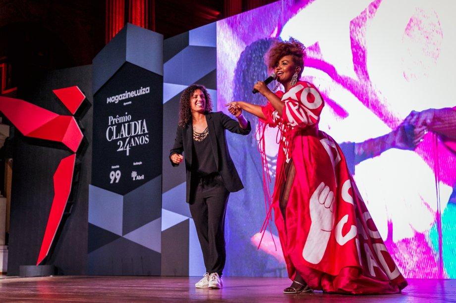Gaby Amarantos fez uma surpresa para a jogadora Cristiane Rozeira e cantou a música Jogadeira