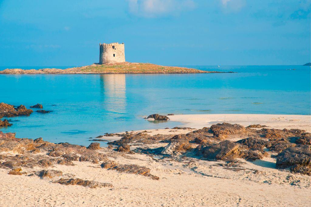 Praia La Pelosetta e a torre La Pelosa ao fundo, em Stintino, Sardenha, na Itália
