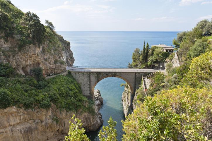 Fjord, ponte sobre o Fiordo di Furore, em Furore, Amalfi Coast, Salerno, Campania, na Itália