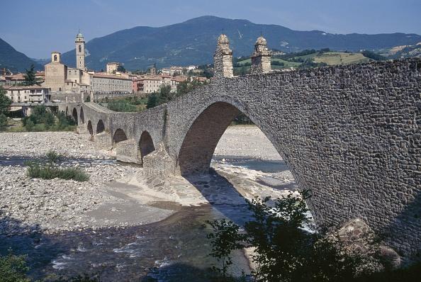 Ponte Vecchio sobre o rio Trebbia, em Bobbio, Emilia-Romagna, na Itália.