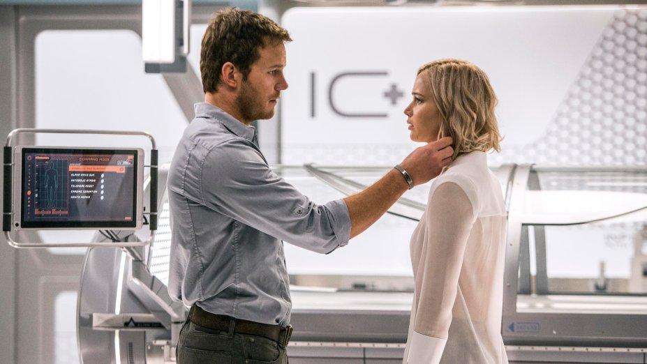 """<strong>Passageiros (estreia em 01/12/2019): </strong><i><span style=""""font-weight:400;""""></span></i><span style=""""font-weight:400;"""">Ao acordar de sua hibernação décadas antes do previsto, o único passageiro de uma jornada interplanetária enfrenta um dilema. Com Jennifer Lawrence e Chris Pratt.</span>"""