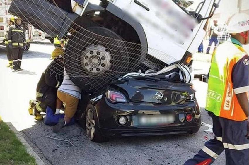 Mulher sobrevive a acidente após caminhão esmagar seu carro