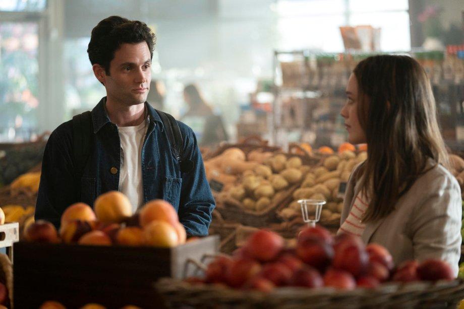 """<strong>Você: Temporada 2 (estreia em 26/12):</strong><span style=""""font-weight:400;"""">Joe se esconde da ex em Los Angeles. Será que ele vai conseguir encarar o passado e começar de novo, desta vez com a mulher certa?</span>"""