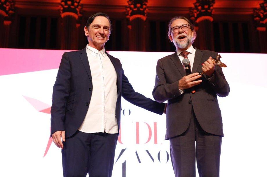 Jefferson Drezett recebeu o prêmio do cantor e ator Paulo Miklos