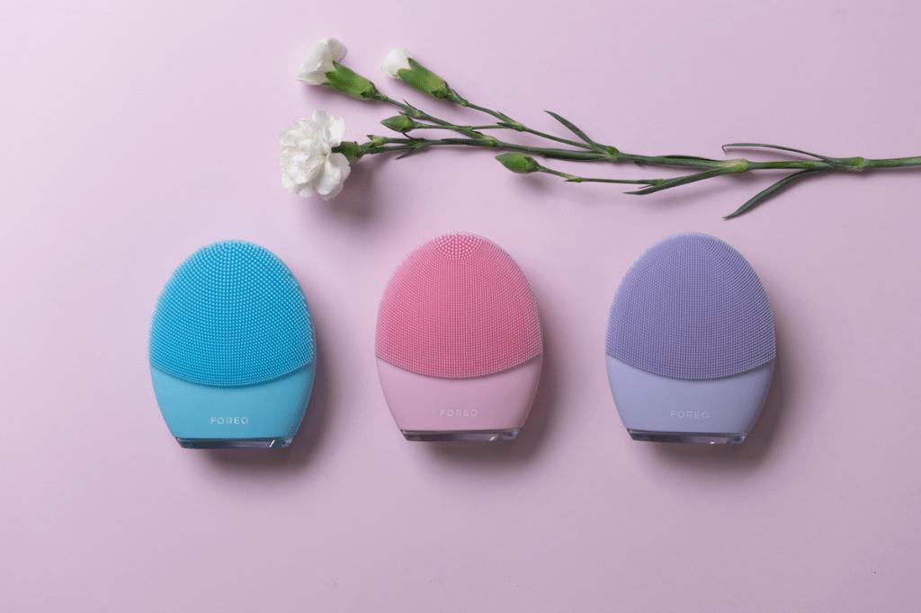 A escova facial LUNA 3 tem três cores e cada uma representa um tipo de pele – pele normal (rosa), pele sensível (lilás) e pele mista (azul)