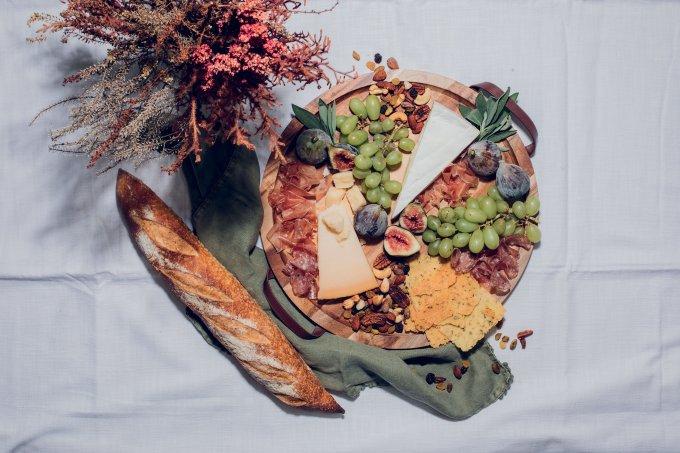 Aprenda como fazer uma tábua de queijos para o fim de ano