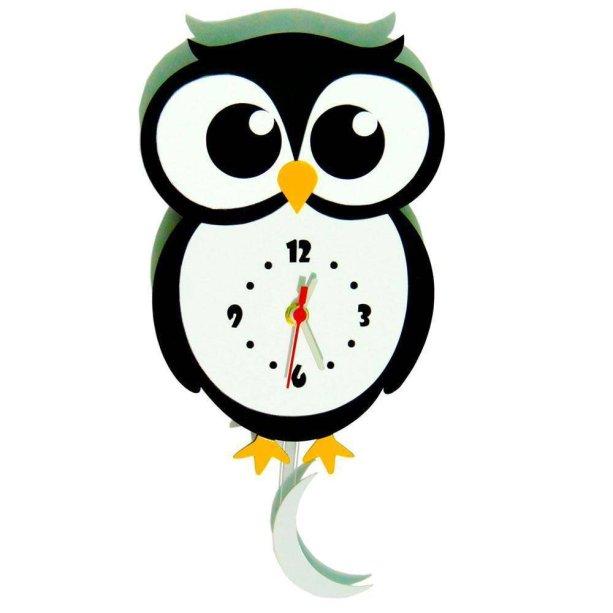 """Relógio de parede, feito com poliestireno, nas medidas 38 x 20 cm, necessita de uma pilha AA (não inclusa). <a href=""""https://www.magazineluiza.com.br/relogio-de-parede-com-movimento-modelo-coruja-me-criative/p/5289492/ud/udde/?&utm_source=google&partner_id=21760&seller_id=mecriative&product_group_id=365259877437&ad_group_id=48543697675&aw_viq=pla&gclid=EAIaIQobChMIhaSrzv334QIVhoSRCh3UZAB5EAkYAiABEgL7NvD_BwE"""" target=""""_blank"""" rel=""""noopener"""">Magazine Luíza</a>, R$ 39,90"""