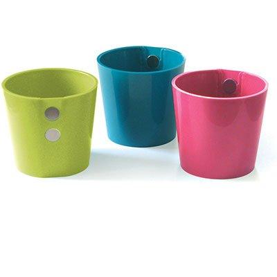 """3 vasos organizadores de plástico com ímã, na altura de 6 cm. <a href=""""https://www.kalunga.com.br/prod/vaso-organizador-c-ima-rosa-verde-azul-ecovaso/488436"""" target=""""_blank"""" rel=""""noopener"""">Kalunga</a>, R$ 25"""