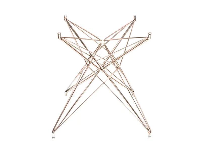 """A base Estrela para mesa de jantar, em inox, custa R$ 1.799,90 na <a href=""""https://www.etna.com.br/etna/p/base-mesa-jantar-estrela-inox/026861?skuId=0309116"""">Etna</a>."""