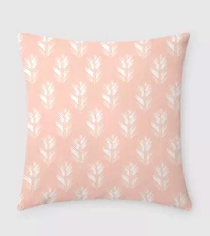 "A capa de almofada Penas rosa custa R$ 149 na <a href=""https://www.casamind.com.br/capa-de-almofada-penas-rosa/p"">Casa MinD</a>."