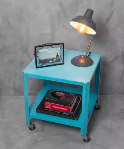 """A mesa de apoio Azul custa R$ 299 na <a href=""""https://www.casamind.com.br/mesa-de-apoio-amarela/p"""">Casa MinD</a>."""