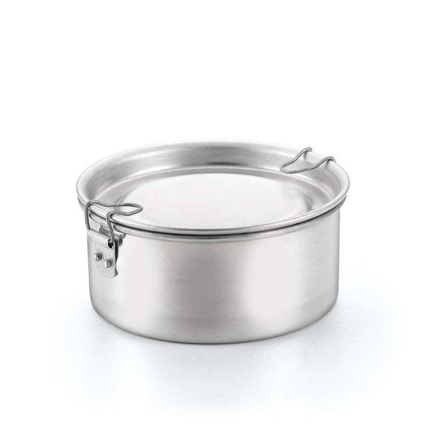 "Marmita de alumínio polido, nas medidas 18 x 7 cm. <a href=""https://www.mobly.com.br/marmita-no-18-aluminio-polido-aluminio-oliveira-279149.html#pid=1"" target=""_blank"" rel=""noopener"">Mobly</a>, R$ 27,90"