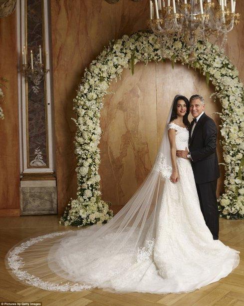<span>Amal Clooney usou um Oscar de la Renta sob medida em seu casamento. Com detalhes de renda francesa e pérolas bordadas à mão, o vestido custou $380.000.</span>
