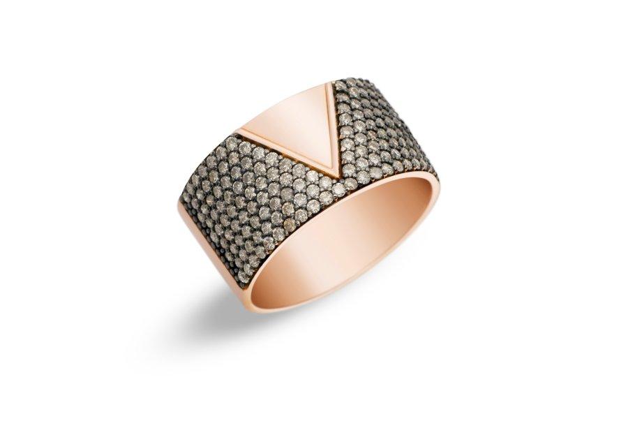 Anel de ouro rosé com diamantes brown. Uma preciosidade que traz de volta o glamour de outras épocas, esta peça deixa qualquer look de festa mais chique.